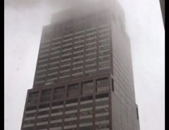 EM NOVA YORK Helicóptero colide em prédio e piloto morre