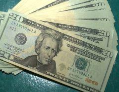Dólar fecha em R$ 4,24 e bate recorde, mesmo com intervenções do BC