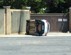 FOTO: Carro capota na Avenida Maria Lacerda, em Nova Parnamirim