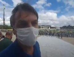 """Vídeo: """"Emocionante, uma manifestação espontânea e pacífica"""" e """"sem nenhuma faixa agressiva a quem quer que seja"""", diz Bolsonaro sobre manifestação"""