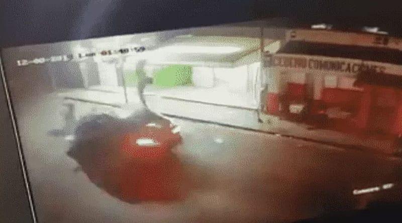 VIDEO: Momento de choque entre carro y motorista –