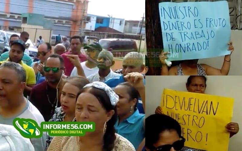 Video: Ahorrantes vuelven a piquetear las oficinas de Munné en SFM –