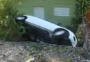 Joven resulta herida al caer vehículo en patio de casa en Samaná