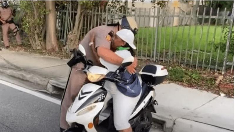 Video: El indisposición entre un guardia albugíneo de Miami y una proselitista negra se hace virulento – .