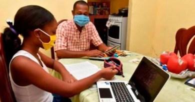 """Padres """"pegan el grito"""" ante anuncio de que educación seguirá virtual"""