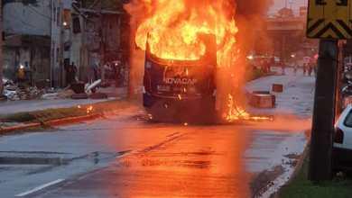 Foto de Morador incendeia ônibus para protestar contra os transtornos da chuva no Rio