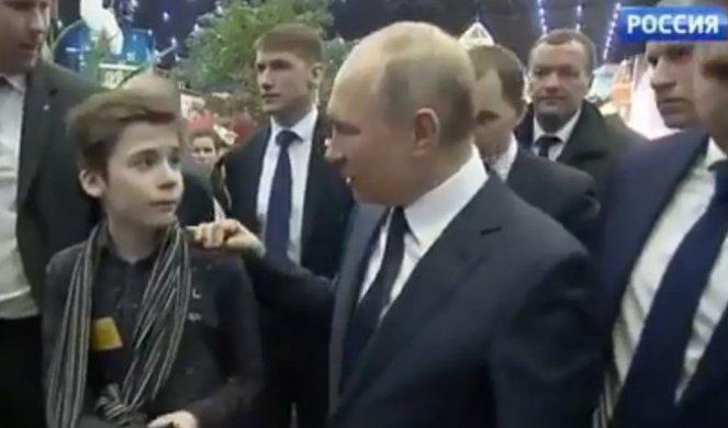 (ВИДЕО) Момчето сирачиња му пријде на Путин, неговото прашање го остави без зборови, а потоа рускиот лидер се сврте кон неговиот помошник ...