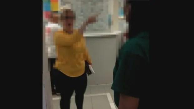 Gruaja raciste nuk pranon që djali të marrë shërbim mjekësor nga mjekë me ngjyrë (Video)