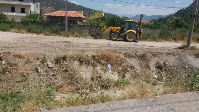 """Elbasan :Të rinjtë detyrojnë bashkinë të pastrojë përroin në lagjen """"Rrapishtë"""