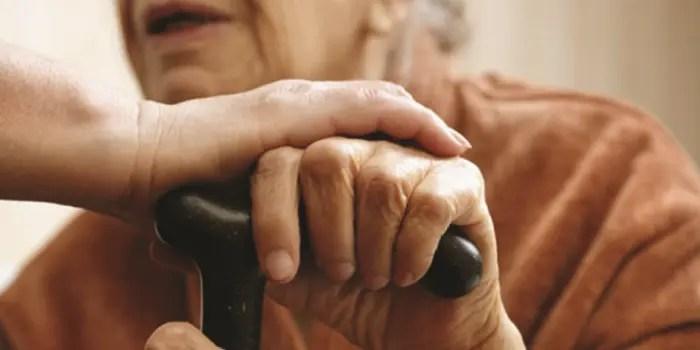 """""""Jam në gjendje të keqe, nuk jetoj dot më.  70-vjeçarja jeton me lëmoshën e fqinjëve"""