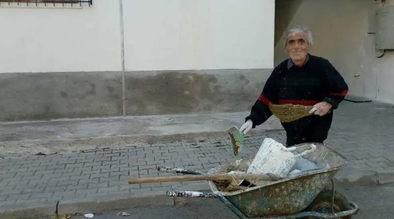 68 vjeçari i cili edhe pse jeton në kushte të papërshtatshme,  sjell vetëm pastërti në lagje.