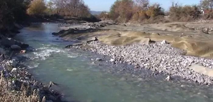 "Lumi ""gllabëron"" rrugën e fshatit"