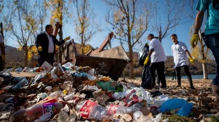 Spathar, Librazhd: Mbeturinat hidhen buzë rrugës