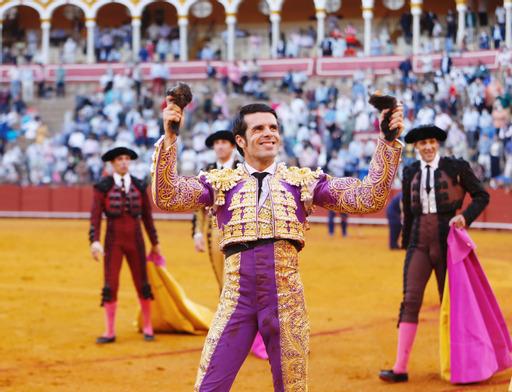 Emilio de Justo corta dos orejas y roza la Puerta del Príncipe en el mano a mano de Sevilla