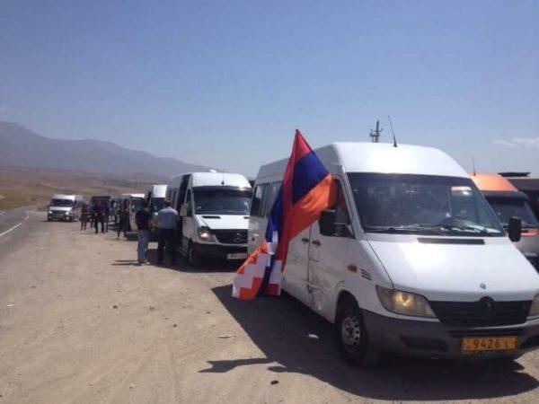 Арцахцы большой колонной едут в Ереван на митинг
