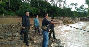 Personel Kodim 1414/Tator meninjau lokasi jebolnya tanggul irigasi di Kecamatan Sangalla' Utara, Tana Toraja.