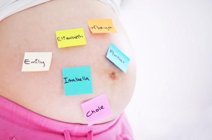 Будущая мама выбирает имя своему ребенку