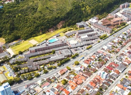 A Universidade do Vale do Itajaí (Univali), em Santa Catarina, é uma das principais instituições de ensino superior da Região Sul. Com mais de 25 mil alunos em Florianópolis e cidades próximas, como Balneário Camboriú, a Univali atrai estudantes de diversas regiões do país, atraídos pela qualidade de vida no estado catarinense.