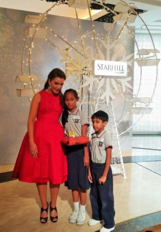 carly-paoli-with-children-from-the-dignity-for-children-foundation