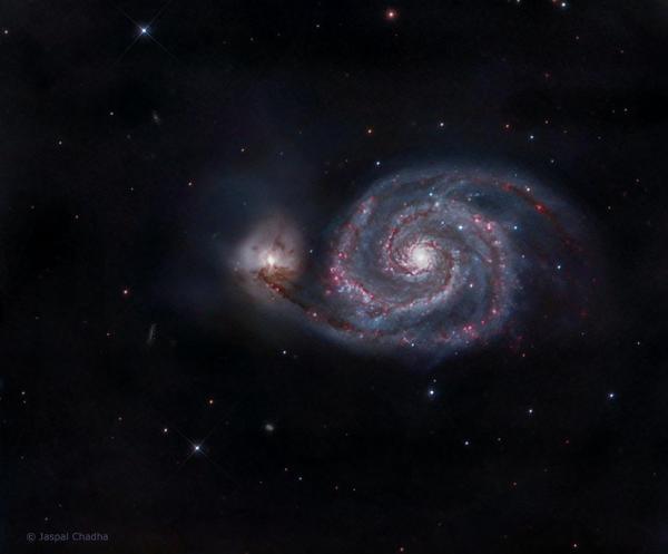 Галактика Водоворот сияет фиолетовым и синим на ...
