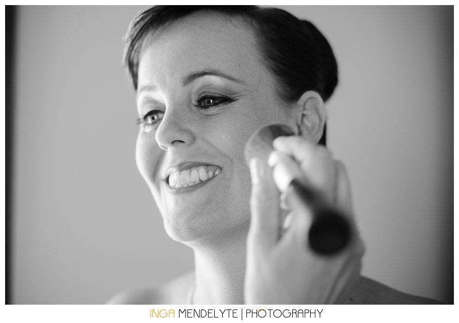 brides putting make up