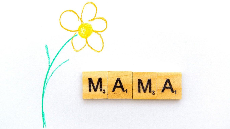 mama tekst met bloem