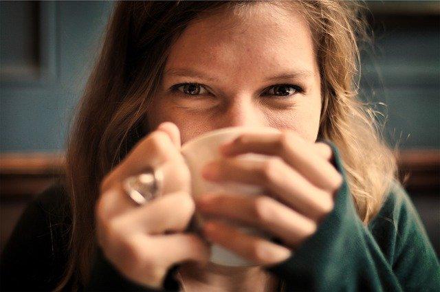 zelfzorgmomenten, warme drank knus op de bank