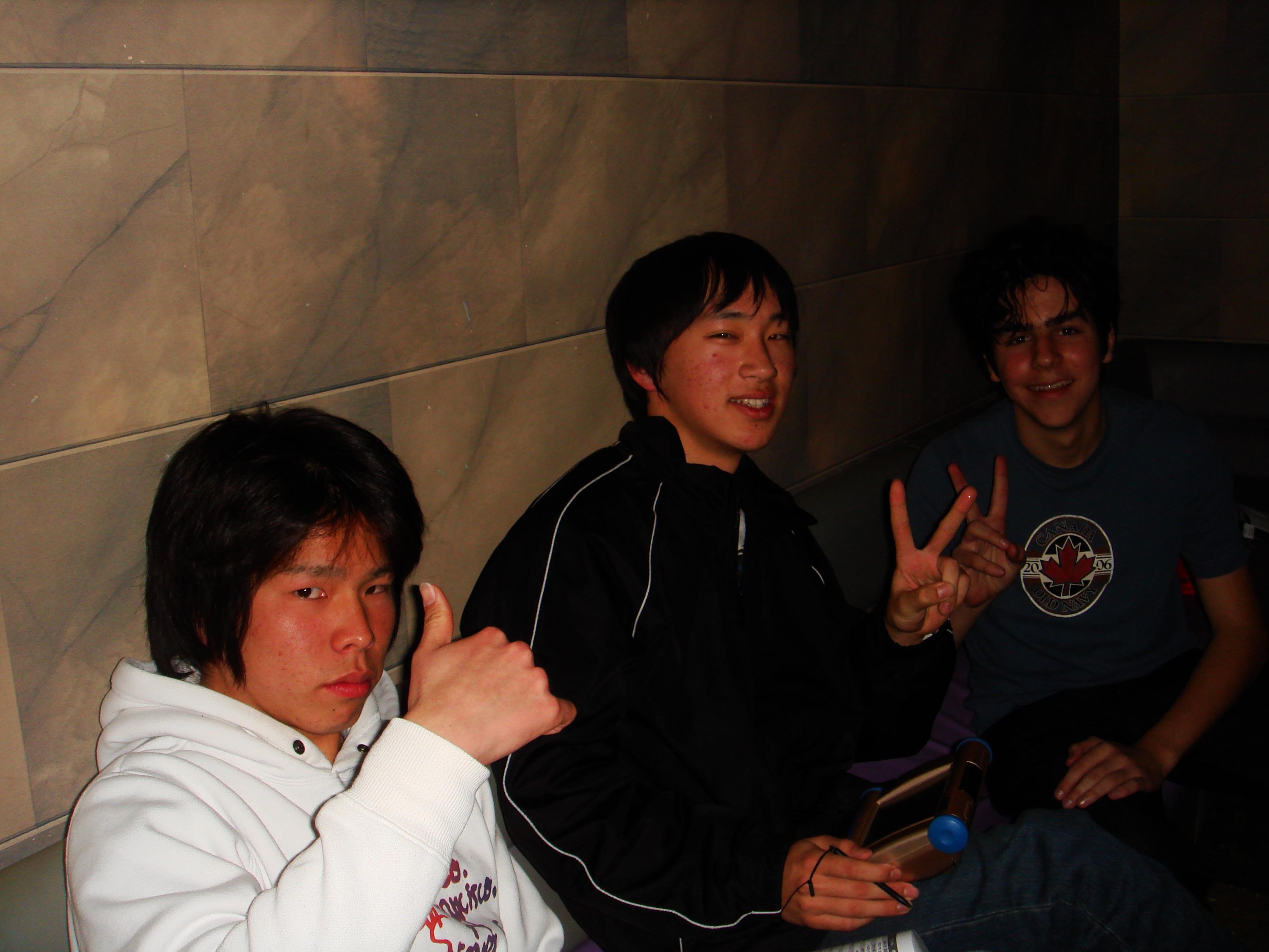 ecco il trio dopo il bis della strabiliante performance - riuscita nonostante i due microfoni - della già citata Dragostea din tei