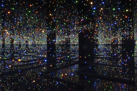 Yayoi Kusama Infinity Mirrored Room Tate Modern Retrospective yerleştirme enstalasyon müze Japon ressam sanatçı