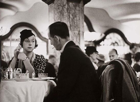 eski siyah-beyaz fotoğraf zerafet çay salonu pastane dantel şapka sigara geçmiş mazi hanımefendi beyefendi beyfendi zarif şık elegan