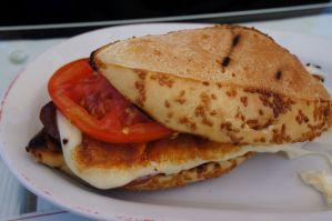 Kumru sandviç İzmir kumrusu Kumrucu Şevki sucuk salam kaşar domates peynir susamlı ekmek