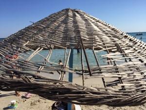 Altınkum İzmir Çeşme deniz güneş kum kumsal plaj sahil mavi Fun Beach club kırık şemsiye
