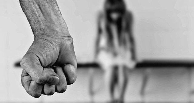 Una donna isolata a causa dello straining
