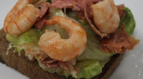 Sanduíche de camarão com guacamole