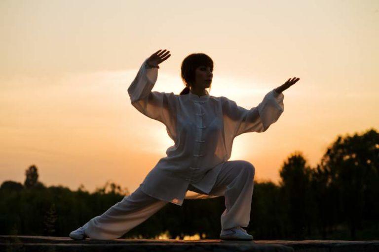 Tai Chi wordt ook weleens omschreven als beweeg meditatie die de tegengestelde krachten in het lichaam (bekend al yin yang) in balans brengt en de chi (energie) stimuleert die door het lichaam stroomt.