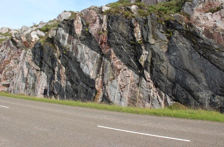 Lezioni di geologia: un affioramento di antiche rocce multicolore