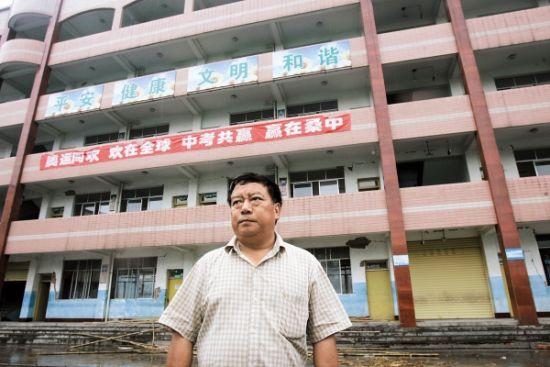 Ye Zhiping davanti alla scuola dopo il terremoto