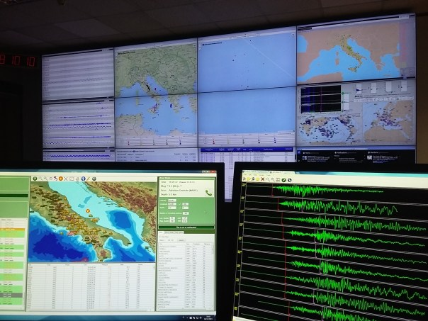 Sala di monitoraggio sismico di Roma. In primo piano, i segnali del terremoto di magnitudo Ml 4.3 avvenuto oggi alle ore 17.24 italiane.