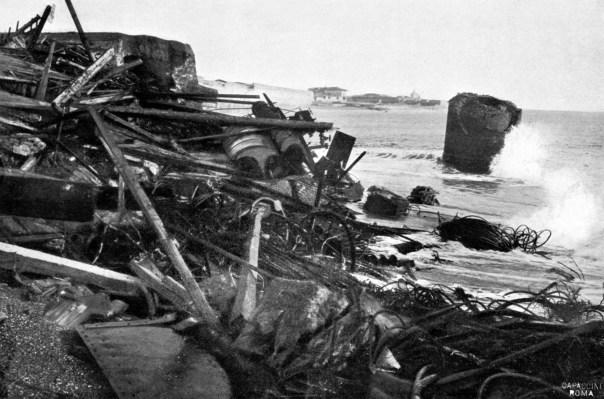 Messina: rottami trascinati dal maremoto sulla spiaggia di Maregrosso, a sud del porto, dove l'onda raggiunse un'altezza di circa 6 metri.