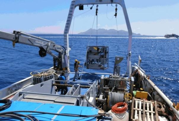 Operazioni a bordo della nave Urania del CNR.