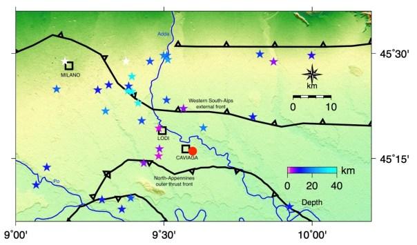 Figura 4: Sismicità strumentale degli ultimi 30 anni rappresentata con stelline di colore variabile con la profondità (vedi tabella 1). In nero sono tracciati i lineamenti tettonici attivi al contatto tra fronte alpino e appenninico. Il cerchio rosso rappresenta la localizzazione epicentrale del terremoto più forte (mainshock) del 15.05.1951 tratta da Caloi et al. (1956).