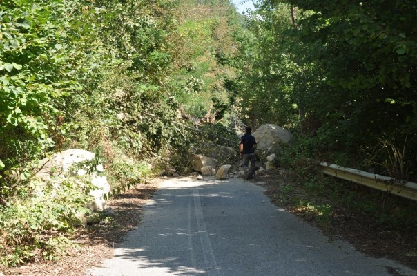 Foto 2 – Frana e crollo di massi sulla strada asfaltata.