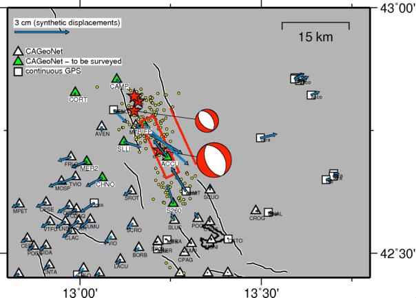 Fig. 3. Simulazione degli spostamenti cosismici orizzontali (frecce azzurre) attesi ai caposaldi GPS della rete CA-GeoNet presenti nella zona epicentrale (i triangoli verdi indicano le stazioni in misurazione; quelli bianchi le stazioni esistenti). Le stelle rosse rappresentano il mainshock del 24/08/2016 M=6.0, ore 03:36 italiane e le successive repliche principali. I palloni bianchi e rossi rappresentano il meccanismo focale dei terremoti, cioè alcune caratteristiche della faglia che ha generato il terremoto (in questo caso si tratta di una faglia normale o estensionale).