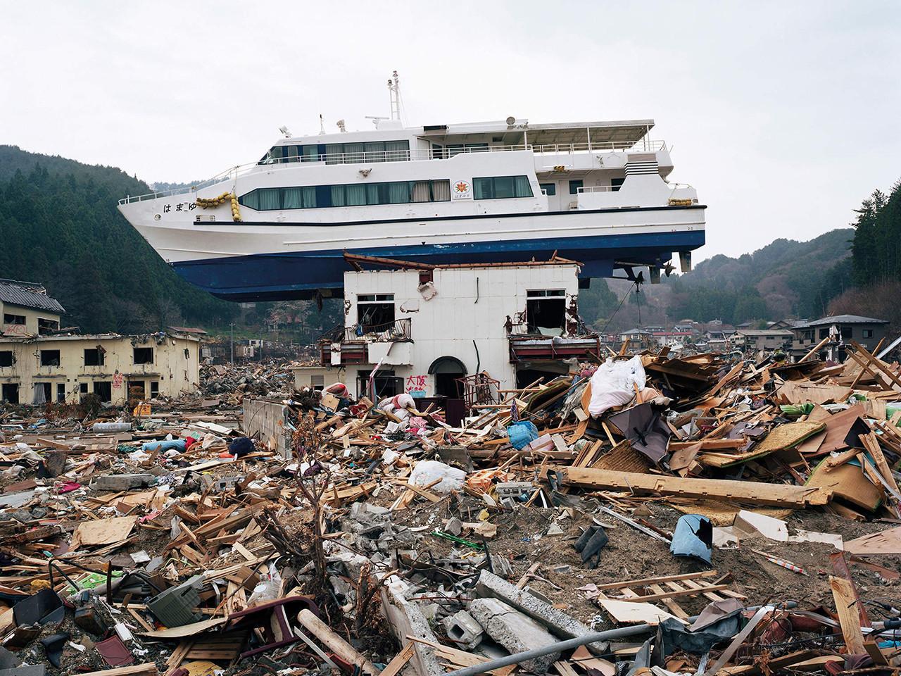 E se le cose cominciassero a precipitare? (V parte) - Pagina 18 Boat-on-House-Resize-2
