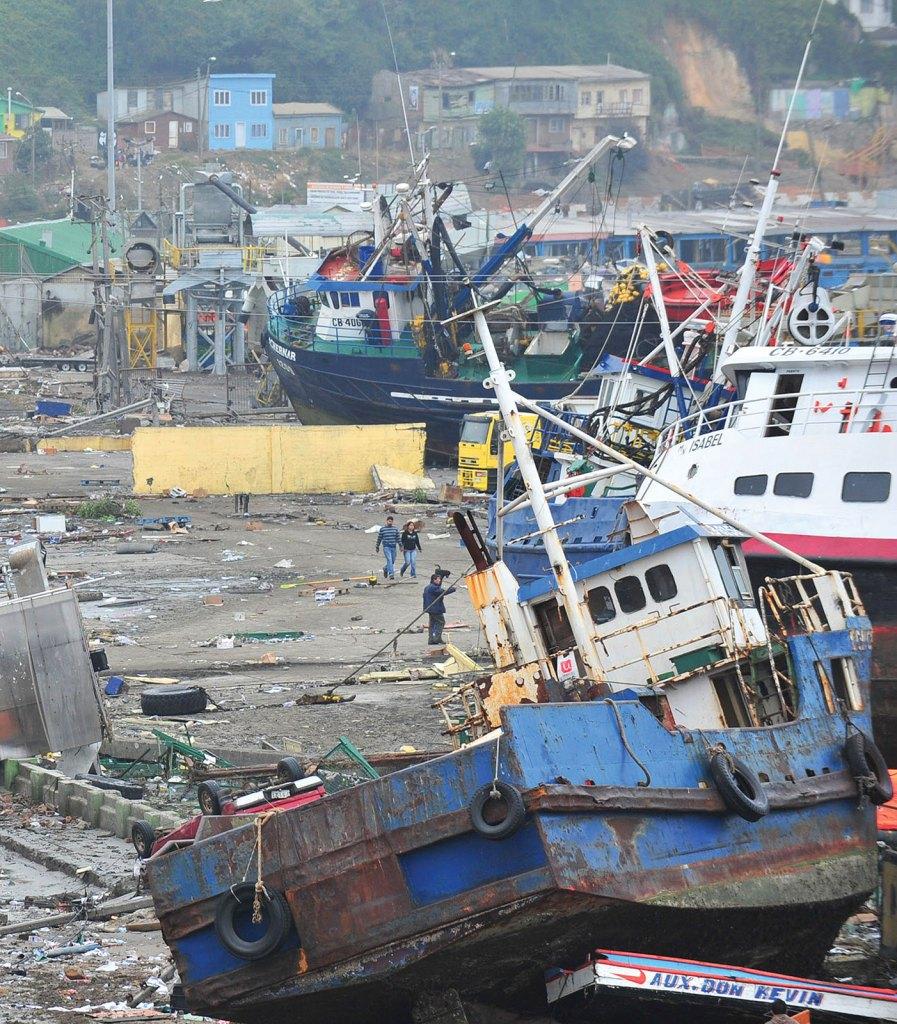 Effetti dello tsunami a Talcahuano. Molte imbarcazioni anche di grandi dimensioni portate nell'entroterra dalle onde di maremoto.