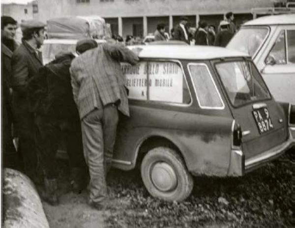 Biglietteria mobile delle Ferrovie dello Stato. All'indomani della replica del 25 gennaio 1968, il Ministero dell'Interno concesse biglietti gratuiti per qualunque destinazione a tutti i residenti nella Valle del Belice. 40.000 belicini emigrarono nei tre mesi successivi.