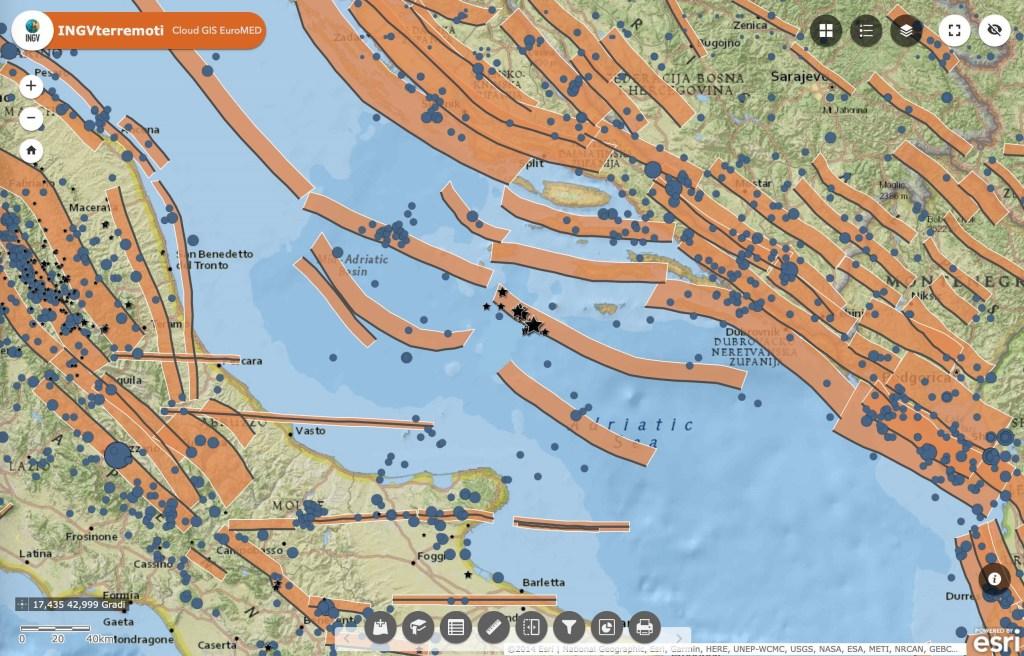 Le faglie sismogenetiche del database DISS dell'INGV rappresentate con fasce di colore arancione, i terremoti odierni con stelle nere e i terremoti avvenuti tra il 1900 e il 2006 con cerchi azzurri.