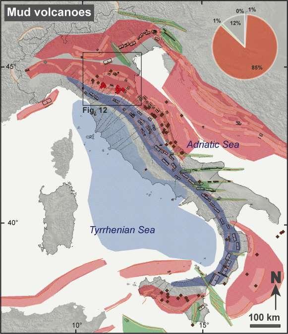 Figura 10. Distribuzione di vulcani di fango, elementi sismotettonici e domini tettonici. I vulcani di fango sono rappresentati in (a) in rosso se discussi nel testo dell'articolo; (b) grigio se localizzati entro una distanza di 5 km da una emergenza di torba o carbone fossile; (c) marrone in tutti i rimanente casi. Il diagramma in alto mostra la distribuzione dei vulcani di fango nei differenti regimi tettonici oggi attivi. Da notare che l'85% dei vulcani di fango è presente negli ambienti compressivi del pedeappennino, della Pianura Padana e della Sicilia.