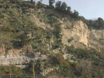 Ex-cava del Verdolino (Napoli) - I depositi dell'Ignimbrite Campana (39.000 anni fa, in basso a sinistra) e del Tufo Giallo Napoletano (15.000 anni fa, in pendenza sulla destra), prodotti dalle due eruzioni che hanno generato la caldera dei Campi Flegrei