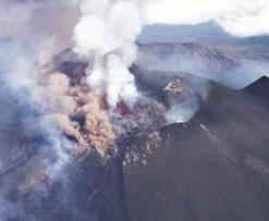 Violenta attività stromboliana al cratere Bocca Nuova ripresa da Ovest, Ottobre 1999. Il fenomeno eruttivo è accompagnato da un copioso trabocco di lava dall'orlo occidentale. Foto di Marco Neri.